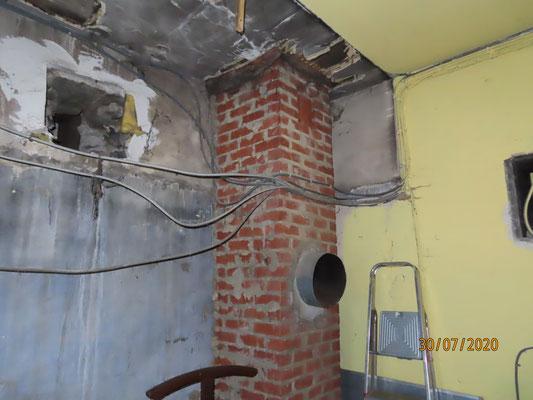 La cheminée en briques qui servira de ventilation naturelle à la sacristie.