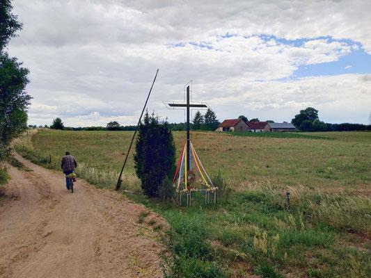 Überall am Straßenrand sind bunt geschmückte Kreuze