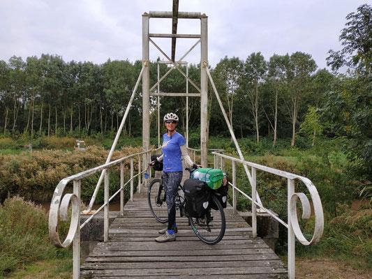 Radlerin an der Grenze zu Holland