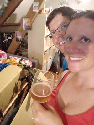 Bier als Unterstützung beim Rad einpacken
