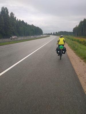 Auf der vierspurigen Autstraße nach Riga