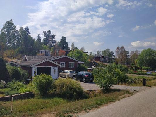 Kleine rote Häuser am Land