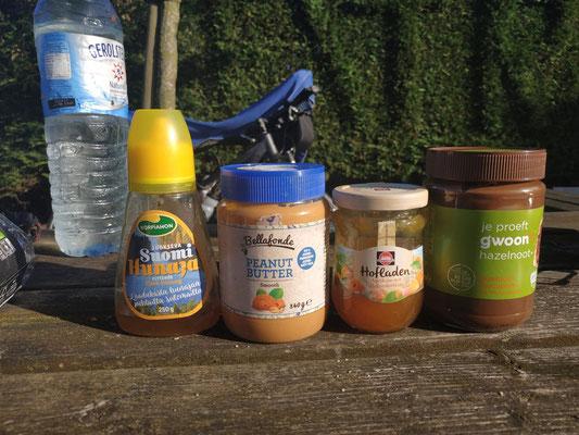 Internationales Frühstück: Honig aus Finnland, Erdnussbutter aus Schweden, Marmelade aus Deutschland, Schokocreme aus Holland