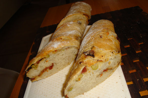 Baguette mit Oliven und getrockneten Tomaten - Knut liebt sie!
