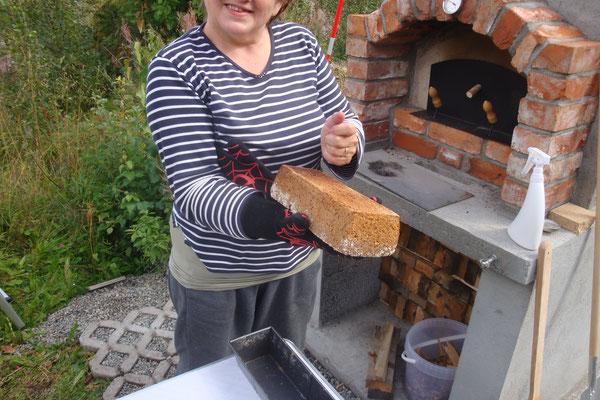Das Brot wird mit Klopftest geprüft ob es fertig ist.