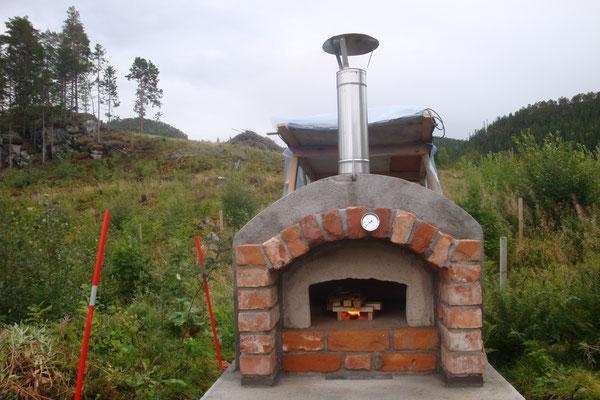 Das erste kleine Feuer zum Trocknen des Ofens