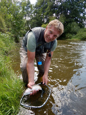 Fliegenfischerschule Allgäu - der Fang wird stolz präsentiert