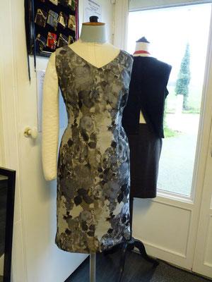 robe grise à fleurs
