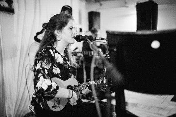 Romina begeisterte mit kleinem Instrument und großer Stimme (Foto: CPmalek, Bildbearbeitung: Nicole Malek)