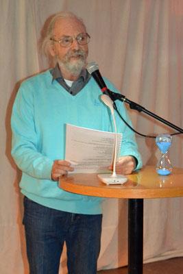 Lüder Tidemann, Spezialist für Kurzgeschichten, las diesmal einen Auszug aus einer längeren Geschichte.
