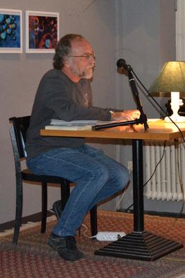 """Mit Auszügen aus """"Nicht alltägliche Hausmannspost – Scherzartikel u. Küchenzeilen mit Wortspülen"""" belustigte Siegfried Fischer das Publikum."""