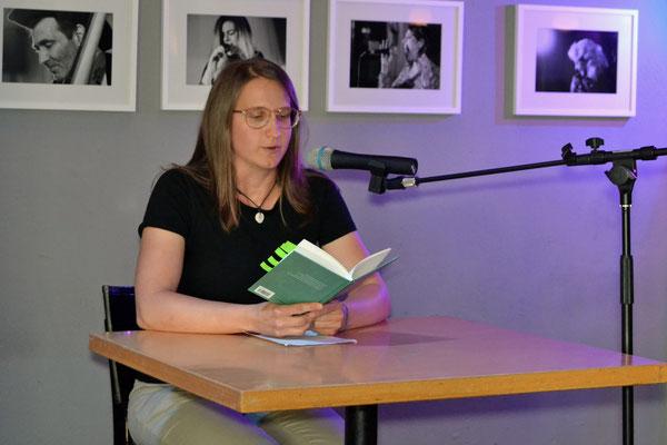 """Aus ihrem neuen Lyrikband """"Blätter, die auf Zeilen fallen"""" las Mira Klepfer."""