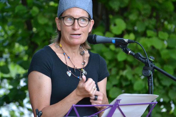 """Helga Fleig las """"Das Echo"""", eine Geschichte über Erlebnisse eines Zeitungsausträgers"""