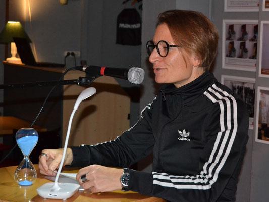 Helga Fleig wagte diesmal einen Ausflug zu rhythmischen Texten.