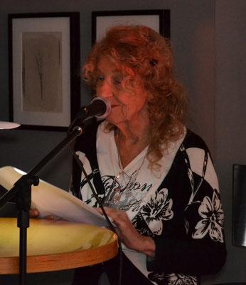 """Eine Geschichte aus ihrem Buch """"Hasemoggel"""" präsentierte Gisela Knoll."""