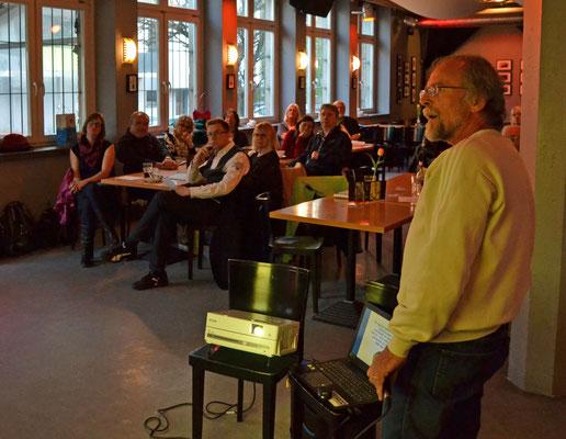 Siegfried Fischer war mit Beamer bewaffnet und präsentierte einfallsreiche Küchenzeilen und ausgefallenen Wortspülen.