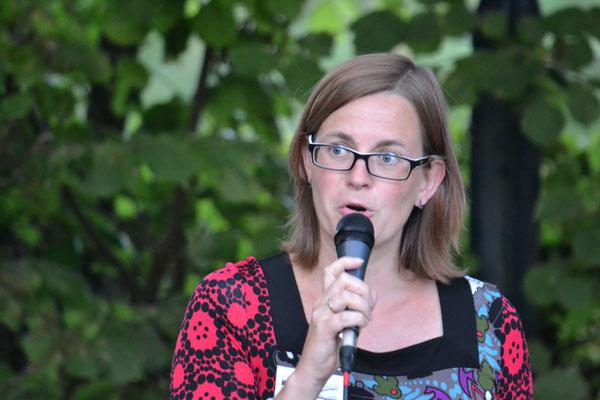 """Bianca Heidelberg führte durch die Veranstaltung und las den """"Rauswerfer"""": Ihren Kurzkrimi """"Nach dem Sturm""""."""