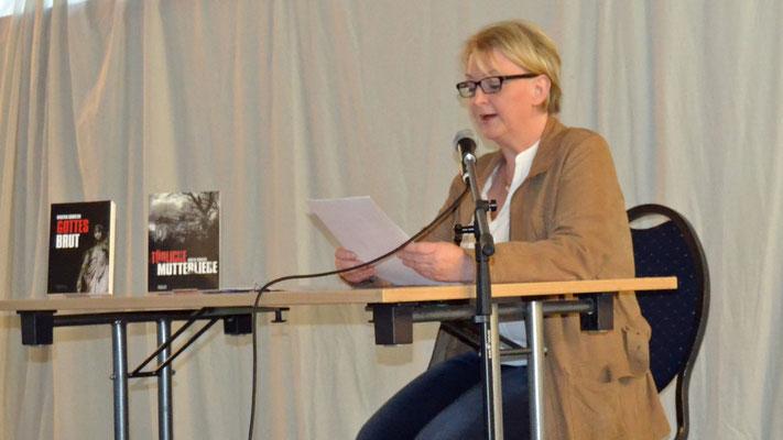"""Kirsten Sawatzki jagte uns mit Auszügen aus """"Tödliche Mutterliebe"""" und """"Gottesbrut"""" Schauer über den Rücken."""
