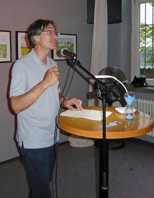 Hermann Forschner präsentierte kurze Texte und bewies, dass er auch nachdenklich sein kann.