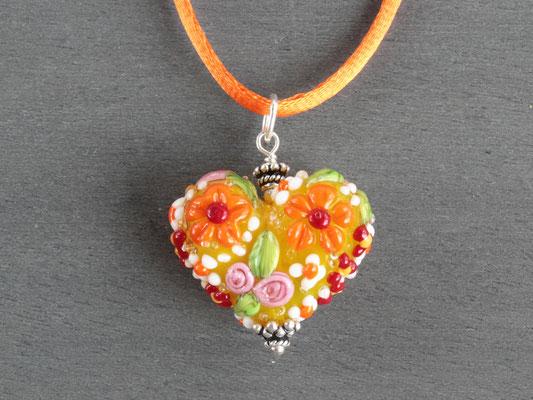 Herz-Anhänger mit aufgesetzten Blüten in gelb und orange