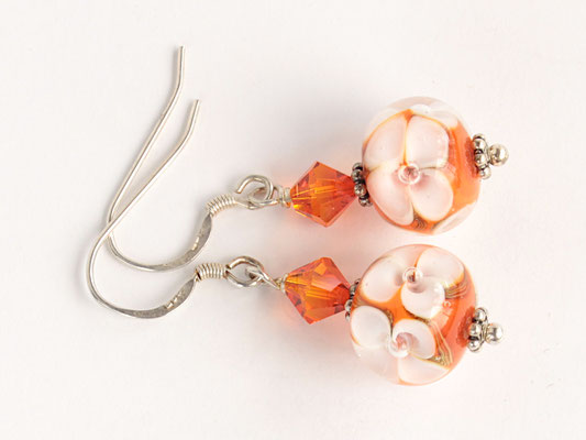 Ohrhänger Blütenzauber weiß mit orangefarbenem Hintergrund, mit geschliffenen Kristallen