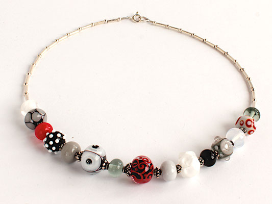 Collierkette Schwarz, Weiss, Grau und Rot