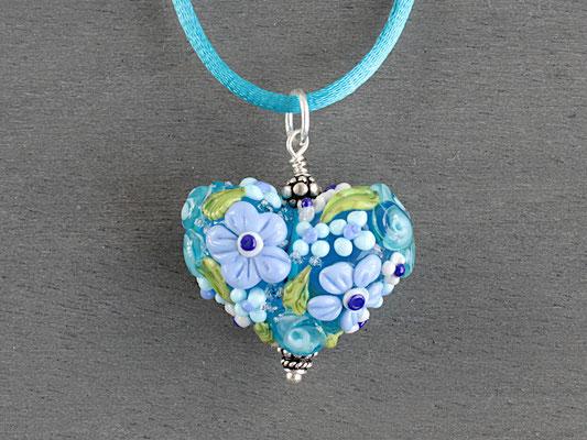 Herzanhänger mit aufgesetzten Blüten in Blautönen