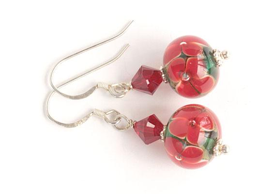 Ohrhänger Blütenzauber in Rot auf grünem Hintergrund, mit geschliffenen Kristallen