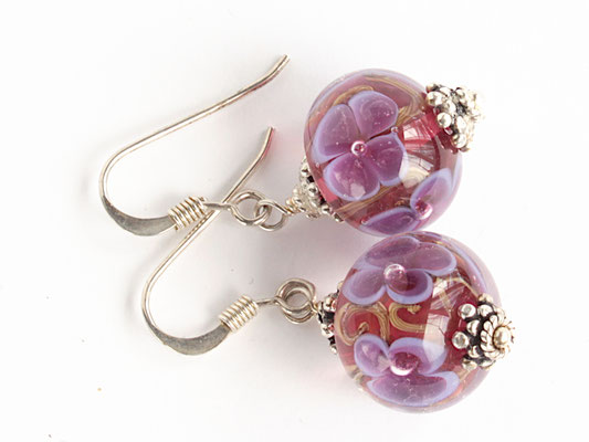 Ohrhänger Blütenzauber in violett auf rubinfarbenem Hintergrund