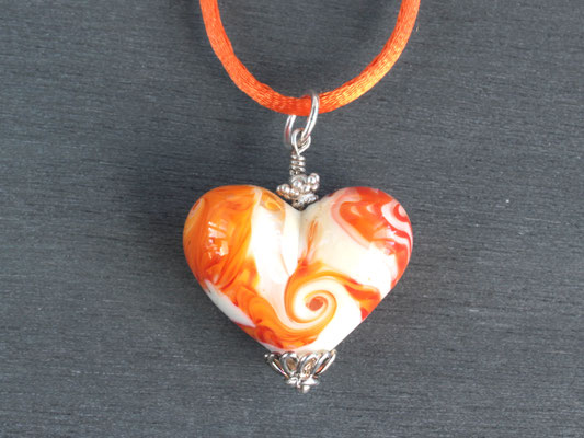 Herz-Anhänger in Orange- und Cremetönen