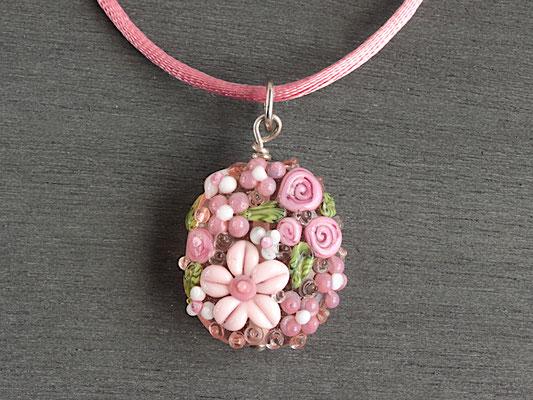 Anhänger mit aufgesetzten Blüten in Rosa