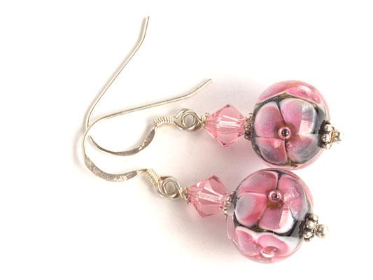 Ohrhänger Blütenzauber in Pink auf schwarzem Hintergrund, mit geschliffenen Kristallen