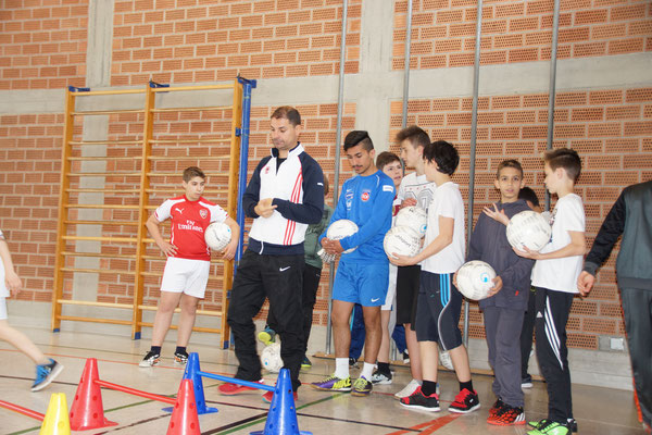 Ervin Skela beim Fußballtraining an der Bühlschule