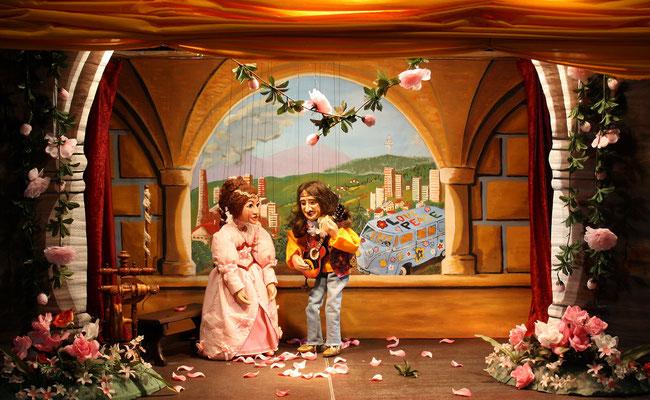Vom Märchen ist das Happy End: Dornröschen und Prinz Flower Power gründen eine Band.