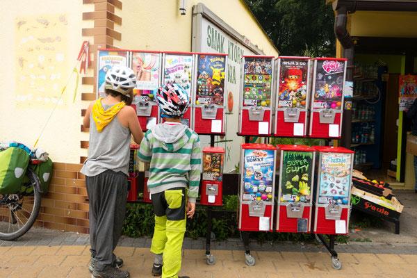 Automaten überall und die Kinder würden gerne alles kaufen...