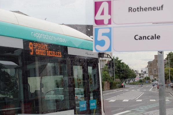 Le 71 quitte une dernière fois l'arrêt Gares sous le réseau KSMA 1; l'Abribus affiche déjà les nouvelles lignes.