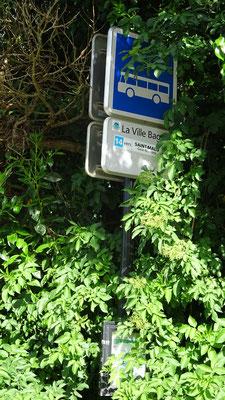 Arrêt LA VILLE BAGUAIS (La Ville es Nonais), dont la signalétique n'a pas été raffraîchie depuis 2014. Photo Antoine H.