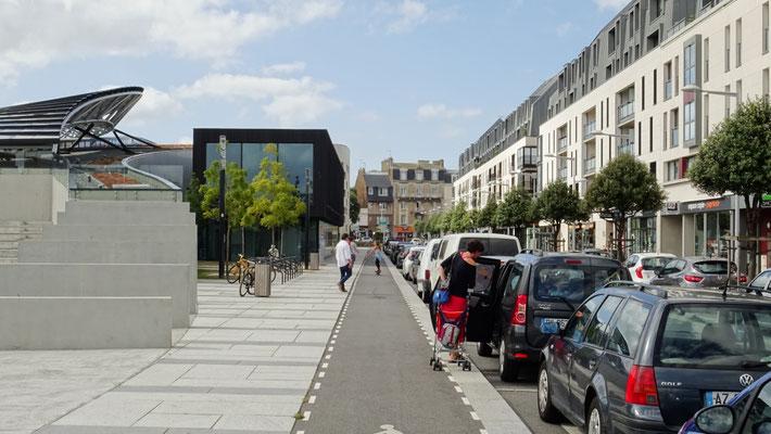 Piste cyclable sur la rue Nicolas Bouvier. Photo Antoine H.