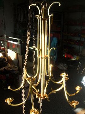 Lustre 12 bougies dépouillé avant travail sur le châssis bronze.