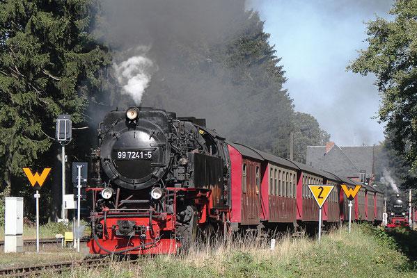 Harzer Schmalspurbahnen - Brockenzug verlässt den Bahnhof Drei Annen Hohne - Bild 006 - Foto: Regine Schulz
