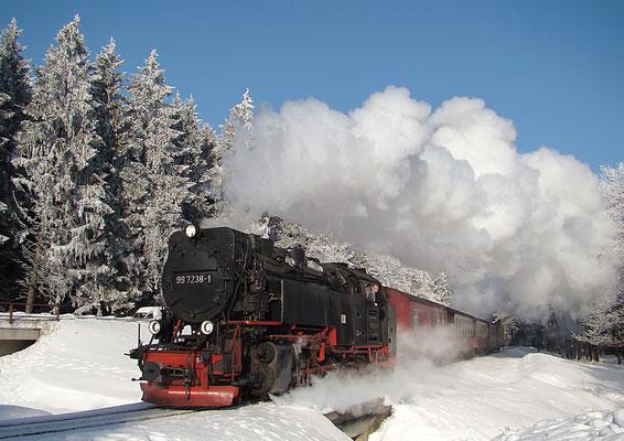 Harzer Schmalspurbahnen - Brockenzug vor dem Bahnhof Drei Annen Hohne Bild - 006 - Foto: Christian Braun