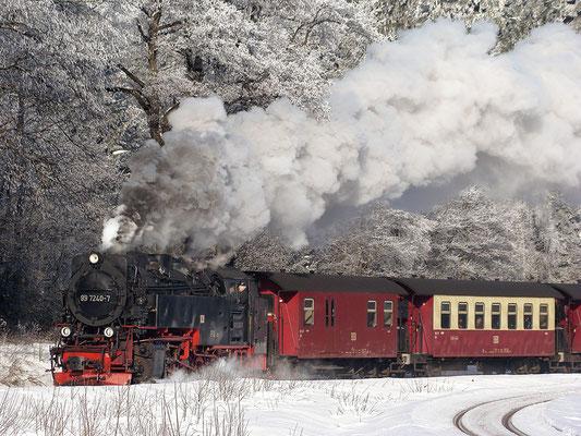 Harzer Schmalspurbahnen - Brockenzug vor dem Bahnhof Drei Annen Hohne - Bild 013 - Foto: Christian Braun