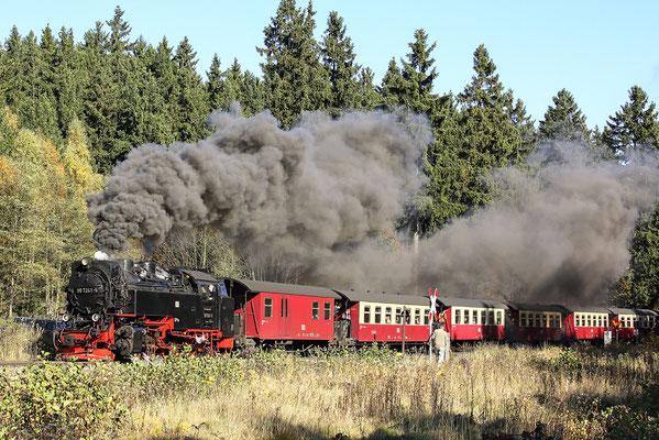 Harzer Schmalspurbahnen - Brockenzug verlässt den Bahnhof Drei Annen Hohne - Bild 007 - Foto: Regine Schadach