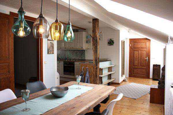 Eßzimmertisch mit Blick auf Küche und Eingangsbereich