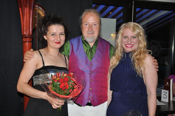 """KuBe Konzert """"Engelsmelodien"""", Natalia Malkova (Klavier), Michael Britz (Veranstalter) und Victoria Kunze (Harfe und Sopran), am 08. Juni 2018 im Cafe Paris, Saarbrücken"""