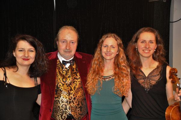 """KuBe Konzert """"Von ewiger Liebe"""", Natalia Malkova (Klavier), Michael Britz (Veranstalter), Franziska Wetzler (Mezzosopran) und Indre Zelenyte (Viola), 17. Februar 2018 im Leidinger Saarbrücken."""