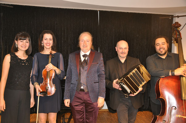 "KuBe Konzert ""Destino Tango"" am 12. Januar 2018 im Leidinger, Saarbrücken mit Keiko Hattori (Klavier),  Christina Tsiakiris (Violine), Michael Britz (Veranstalter), Daniel Gruselle (Bandoneon) und Pato Banda (Kontrabass)"