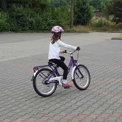 Unsere Große fährt erstmals auf ihrem 18-Zoll-Fahrrad von Puky