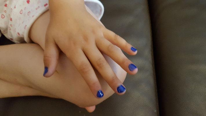 die fertig lackierten Fingernägel in blau