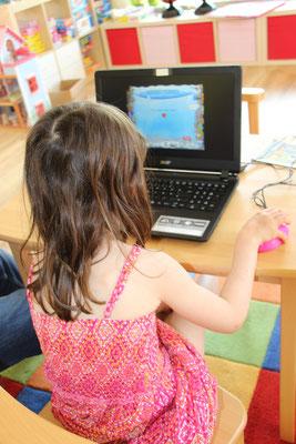 Unsere Große übt am Laptop Mathematik